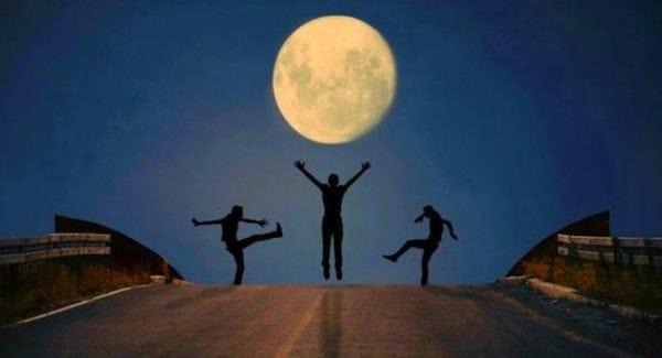 Люди при луне