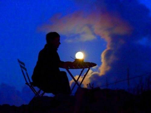 полная луна и человек