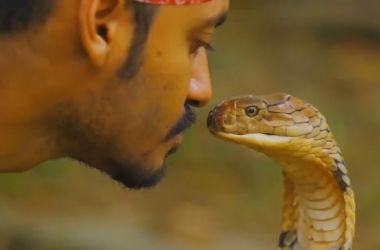 мужчина и змея
